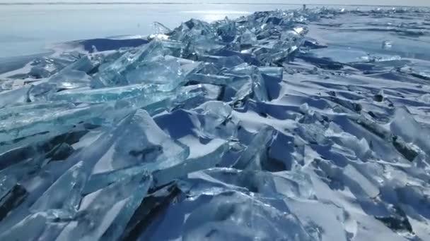 Repülés szoros átlátszó tiszta sima éles jég floes hummocks repedések tengerkék egyedi. Baikal Oroszország legnagyobb tó északi-sark. Turizmus best vonzás. Téli fagy hó hideg. Légi drone Top