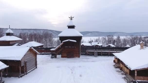 Letecké muzeum Taltsy věž eagle etnografické dramatické průchodné dřevěné domy chirch tradice Rusko Sibiř střechy sněhem Baikalsky traktu. Horské řeky Angary. Zimní tmavá obloha zamračeno. DRONY zavřít