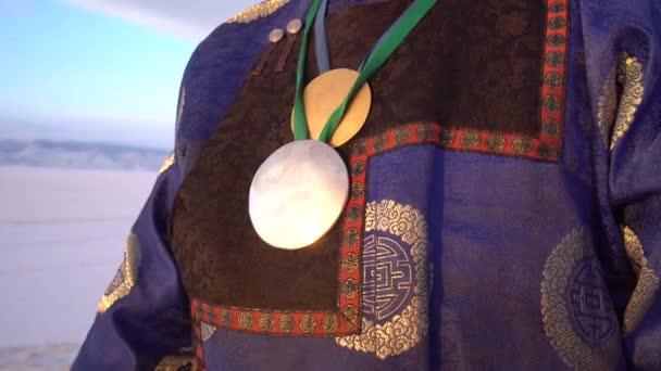 Sciamano di costume abito Buryat amuleto dettagli di credenza del paganesimo di metallo splendente simbolo. Autentico storico vecchia ricostruzione ricamo decor. Mistico rituale sole luminoso reale. Dolly