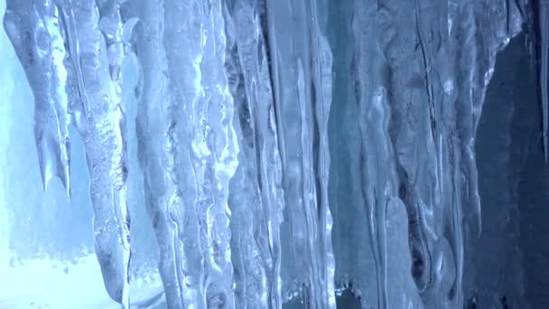 Dolly Makro Nahaufnahme Detail scharf lange transparente glänzende eisblaue Wasserkristall Milchglas gegossen. Textur einzigartige Saison. Winterfröste. Glück unschuldig wild. Russischer Baikal im arktischen Norden