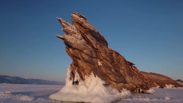 Kolem Ogoy ostrov lákadlem rock krásná struktura kamenné jezero Bajkal Rusko pobřežní. Nedotčené nevinné majestic. Hory sněhové pole krajina. Zimní oranžová svítání. Turistické prozkoumat. Letecký