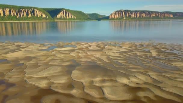 Letecký bokem písečný břeh krásná pouštní mělká voda Lena říční pilíře vertikální epické skály útesy kaňon odraz ve vodě. Krajina Rusko Sibiř. Zázračná přírodní rezervace národního parku. Léto