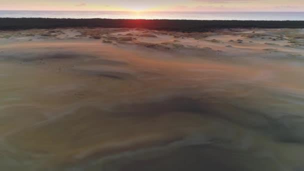 Einzigartige orangefarbene Sonnenaufgangssonne Kurische Nehrung Sandwüste hohe Dünen Schöne Sehenswürdigkeit Zelenogradsk malerische Naturlandschaft. Ostseewellen. Naturwunder. Epischer Rückflug
