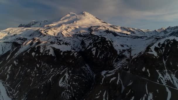 Vrtulník Mount Elbrus východ slunce nejvyšší vrcholy Evropa Rusko sopečné skalnaté zasněžené svahy síť vzor. Horská alpská krásná krajina přírody. Horolezecká výprava neuvěřitelně překonává