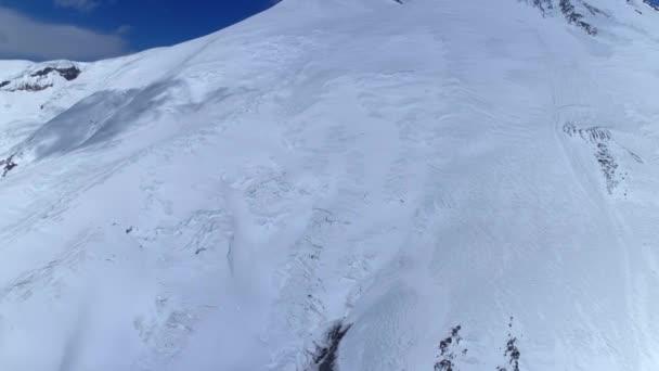 Vrtulník bokem Nejvyšší vrchol hory Elbrus zasněžené svahy permafrost ledovce. Epická zima přírodní krajina Krásná atrakce Evropa Kavkaz. Extrémní dobrodružství lezení Cestovní ruch