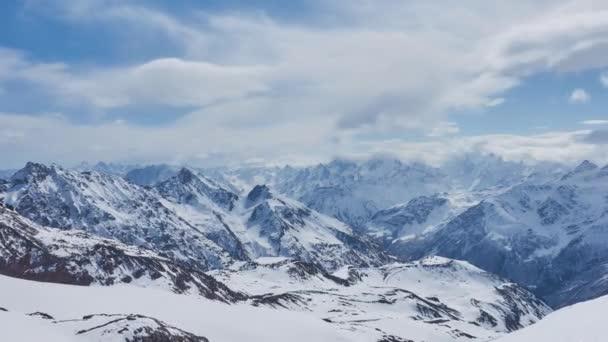 Timelapse epický horský řetězec alpské nedotčené krajiny Kavkaz sníh pokryl nejvyšší zimní vrcholy. Vulkanické hory mraky krásný pohyb. Unikátní příroda Rusko Evropa. Lezu. Otevřít prostor