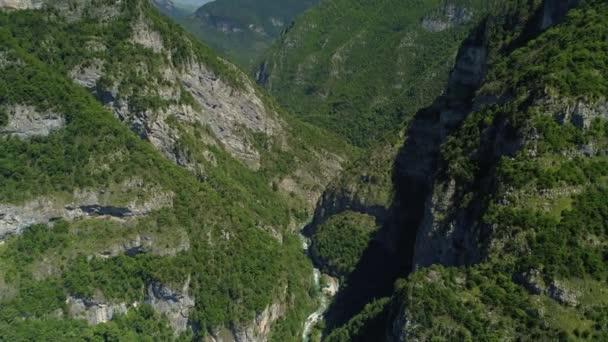 Helikoptéra epická hluboká rokle Jupshar kaňon Abcházie mezi horským řetězcem. Hora modrá řeka hadovitá. Gruzie přírodní alpské krajiny strmé skalnaté útesy svahy nejvyšší vrcholy pokryté zeleným lesem