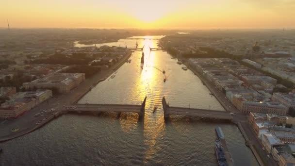 Heicopter Epos St. Petersburg orangefarbenen Sonnenaufgang Stadtbild. Der malerische Fluss Neva reflektiert das Licht. Zugbrücken. Historische Innenstadt. Viele Schiffe fahren. Offener Welthorizont. Alte Straßendächer. Luftfahrt
