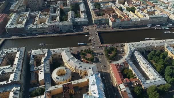 Petrohrad Rusko historické město krajina staré domy. Řeka Moika Fontanka překlenuje městský život. Výletní lodě vyplouvají. Silniční křižovatka. Jedinečné yardové studny. Cestovní zrak. Vzduch nad střechami