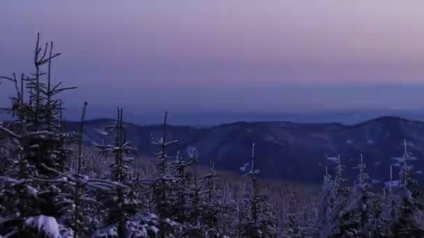 Kouzelná podívaná na obloze s střídavou oranžovou, žlutou, bílou a modrou barvou v Lysé hoře. Vstávat brzy a chodit ven. Východ slunce na horách. Krásný západ slunce na zasněžených horách