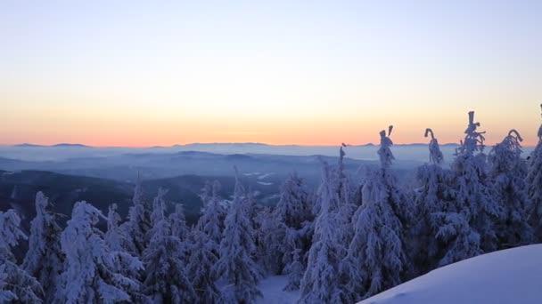 Kouzelná hra na obloze na nejvyšší hoře v Beskydech, Česká republika, Evropa. Zimní východ slunce na Lysé hoře