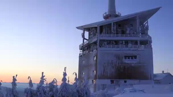 Nádherný zimní východ slunce na Lysé Hoře v Beskydech. Vstávat do nového dne. Slavná komunikační věž na nejvyšší hoře na Moravě, v České republice. Modré, oranžové, žluté a bílé slunce pokrylo zasněžené hory