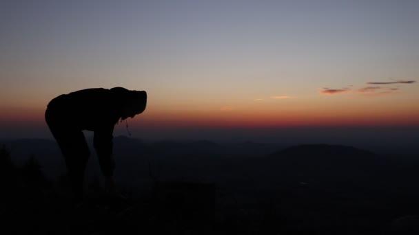 Mladý muž vyběhne poslední kousek kopce a z tašky vytáhne švihadlo a jde cvičit. Výcvik při západu slunce. Speciální cvičení při východu slunce
