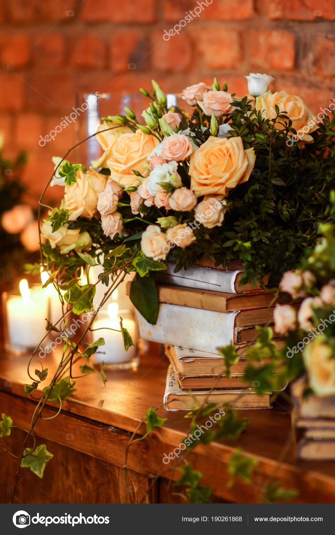 96b64cda7fe Γαμήλια διακόσμηση λουλουδιών σύνθεση, εσωτερικό. Εορταστική ...