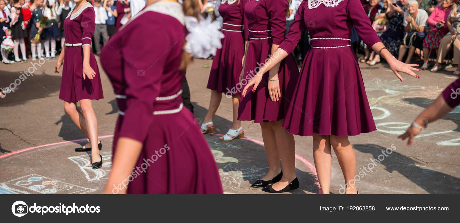 587d769e Absolwenci elegancki taniec Walc - Zdjęcie stockowe editorial ...