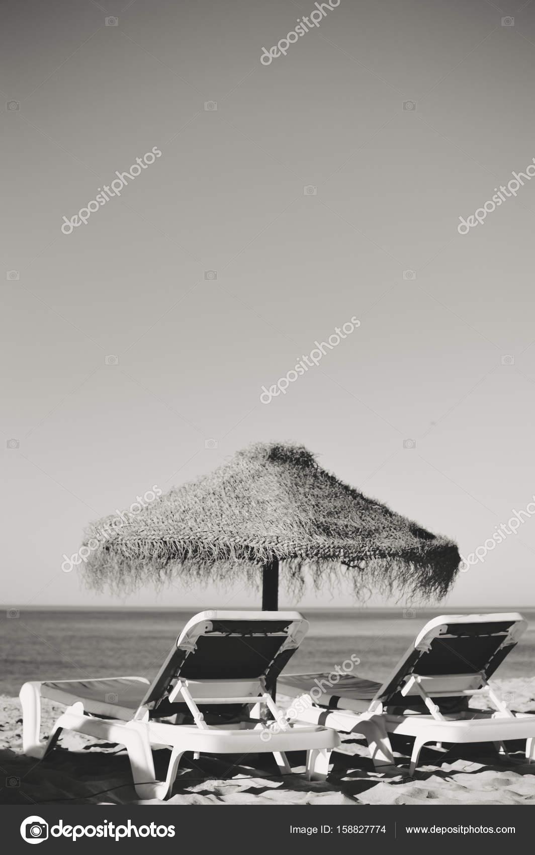 Erstaunlich Urlaub Strand Liegestühle Und Sonnenschirm Baldachin Auf Dem Ozean Im Freien  Hintergrund. Schwarz / Weiß