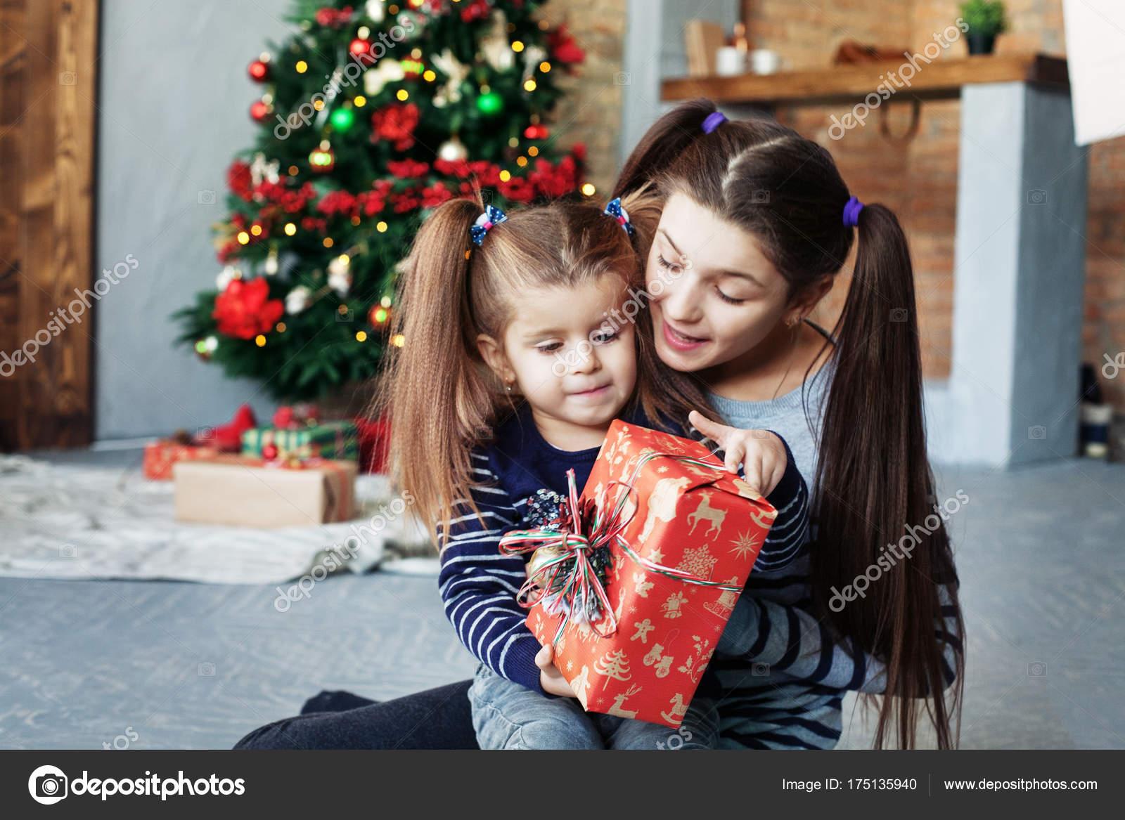 glückliche kleine Schwester packen Geschenke für Weihnachten ...