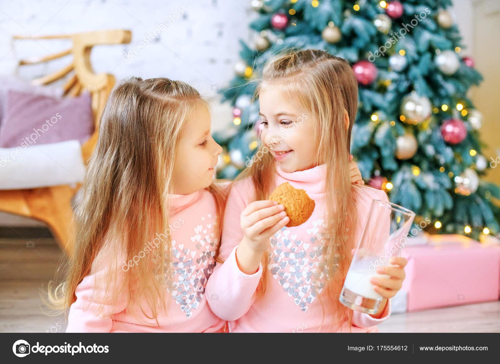 Kinder essen Haferflocken Cookies und Milch trinken. Mädchen reden ...