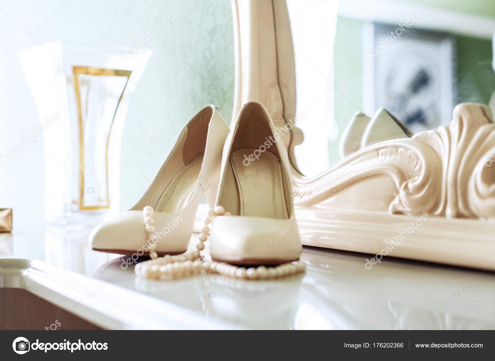 96e4539485b Γυναικεία παπούτσια στο τακούνι. Η έννοια του γάμου και γιορτή– εικόνα  αρχείου