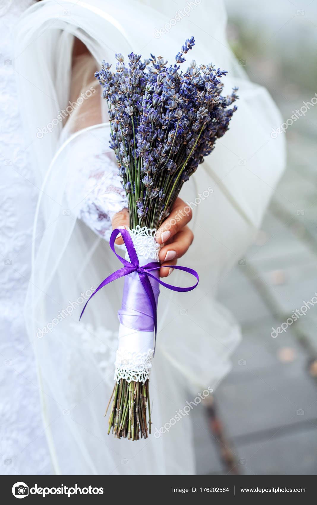 Hochzeit Bouquet Von Lavendel In Den Handen Der Frauen Stockfoto