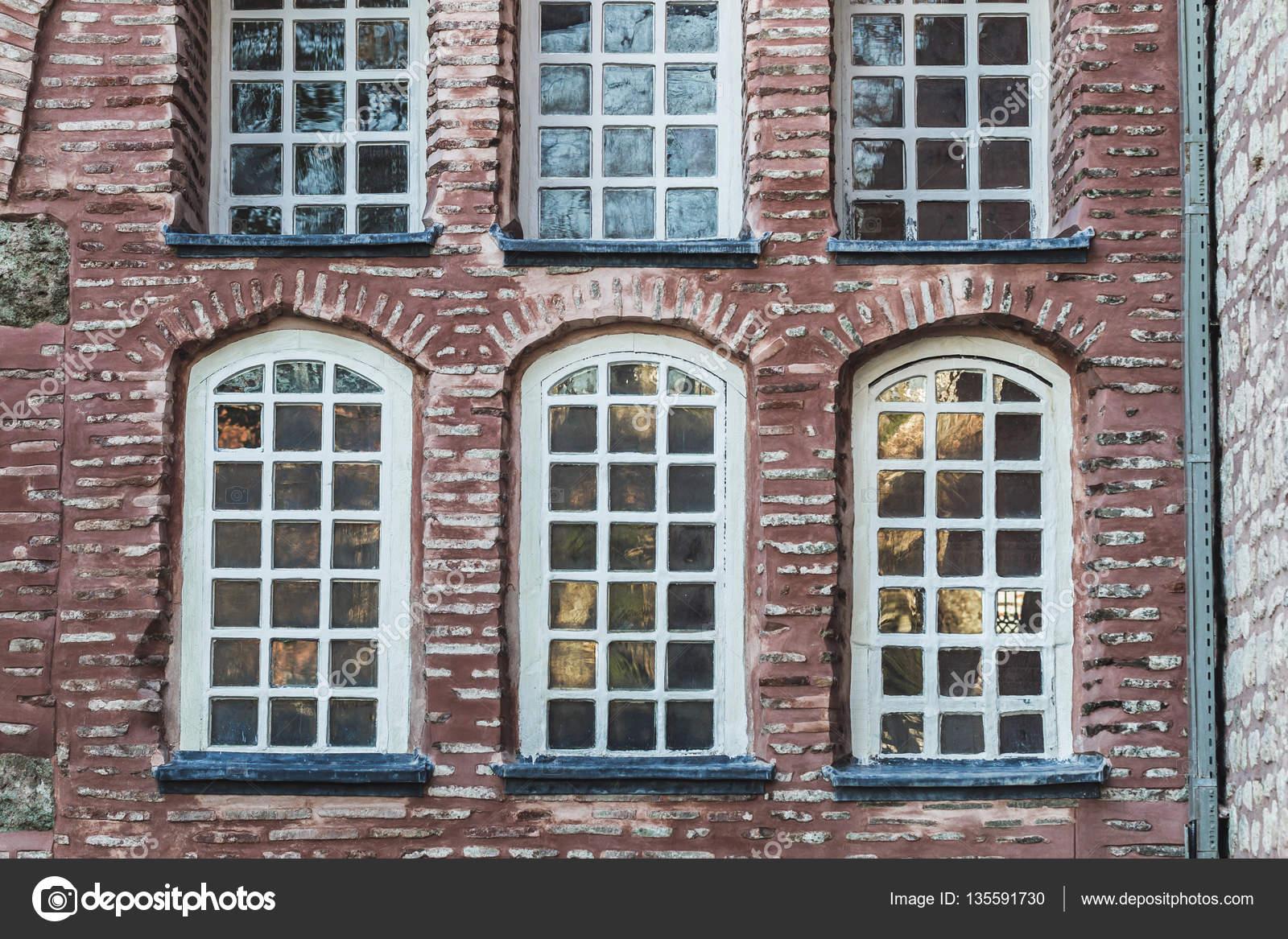 Bellas Fachadas De Piedra Y Ladrillos Con Ventanas De Diferentes Tamaños En  Turquía Estambul U2014 Foto De Olegbreslavtsev