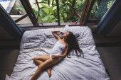 žena probudí v posteli