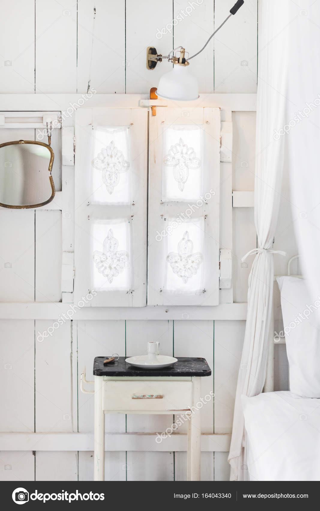 fa781295f Interiér lehké moderní dřevěný dům s vintage okna, okenice a dekorativní  závěsy — Fotografie od ...