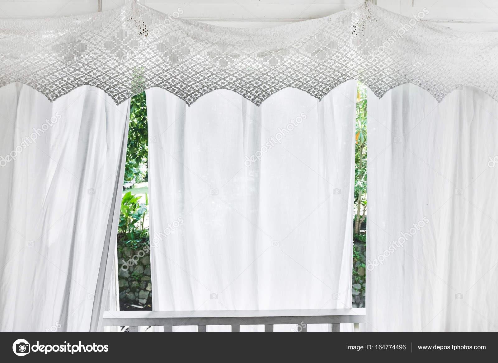 https://st3.depositphotos.com/7144652/16477/i/1600/depositphotos_164774496-stockafbeelding-witte-gordijnen-met-patronen.jpg