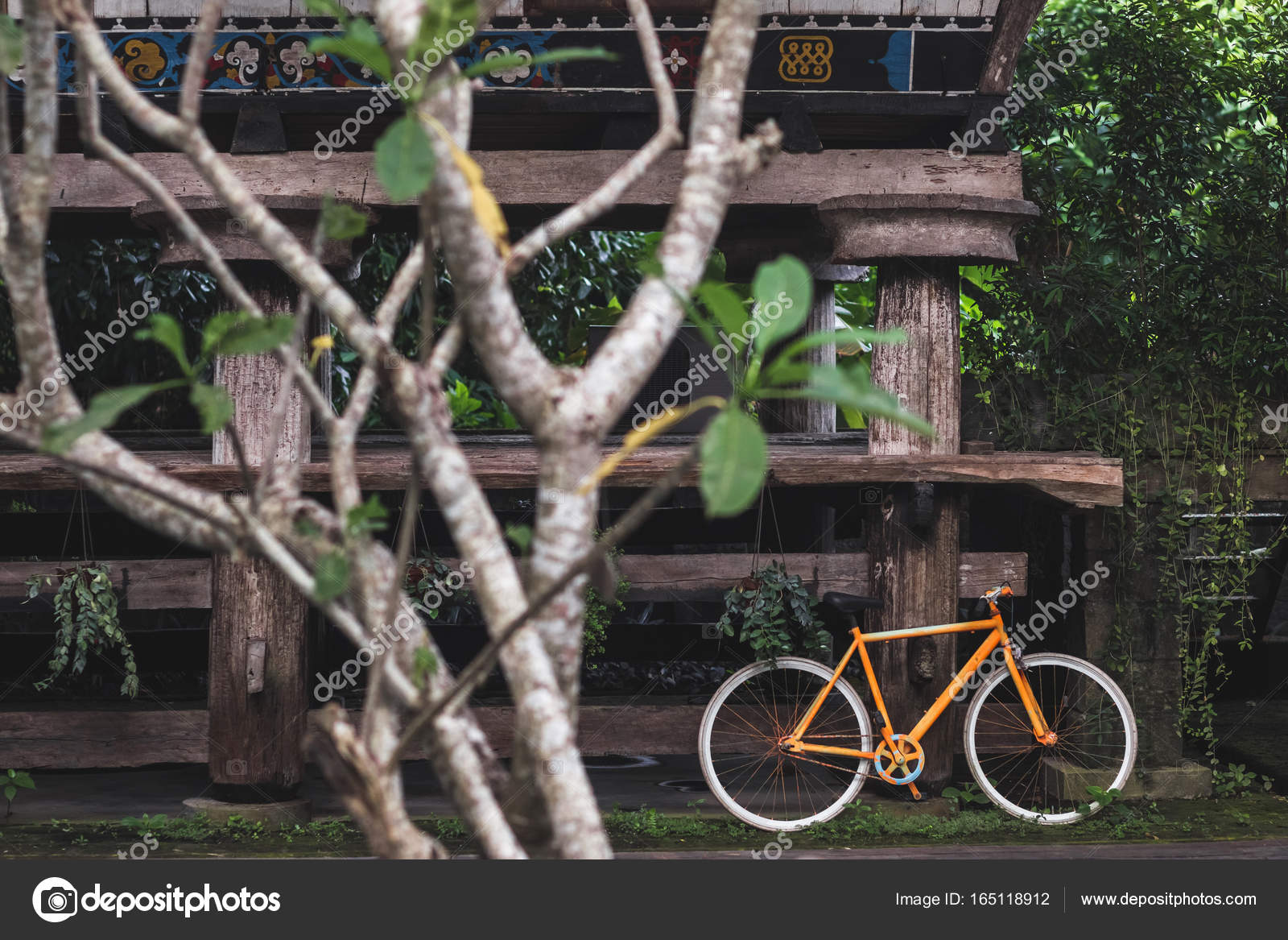 Alte feste fahrrad als dekoration des hotels stockfoto olegbreslavtsev 165118912 - Dekoration fahrrad ...