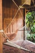 Fotografie Hängematte hängen in Hipster Holzhaus. Ort für Entspannung, tropische Stimmung