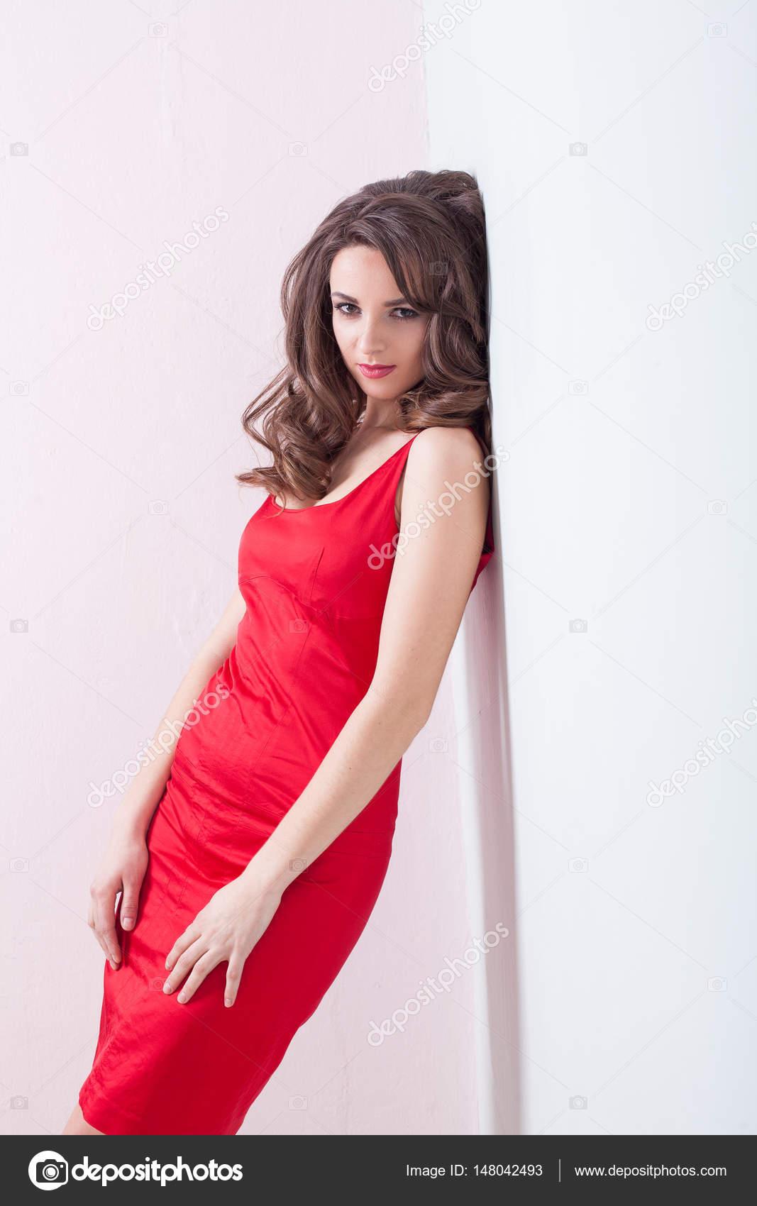 La Chica Del Vestido Rojo En La Pared Foto De Stock