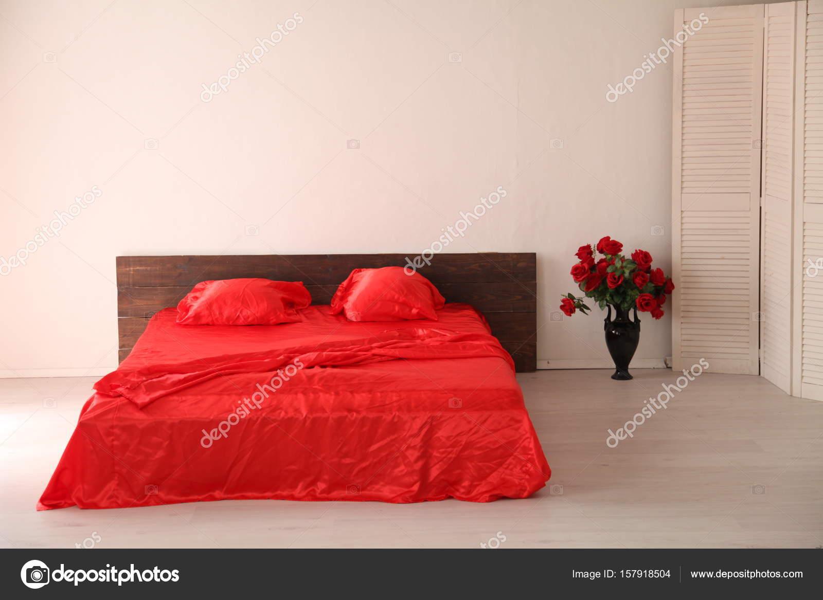 l\'intérieur de la chambre blanche avec un lit rouge — Photographie ...