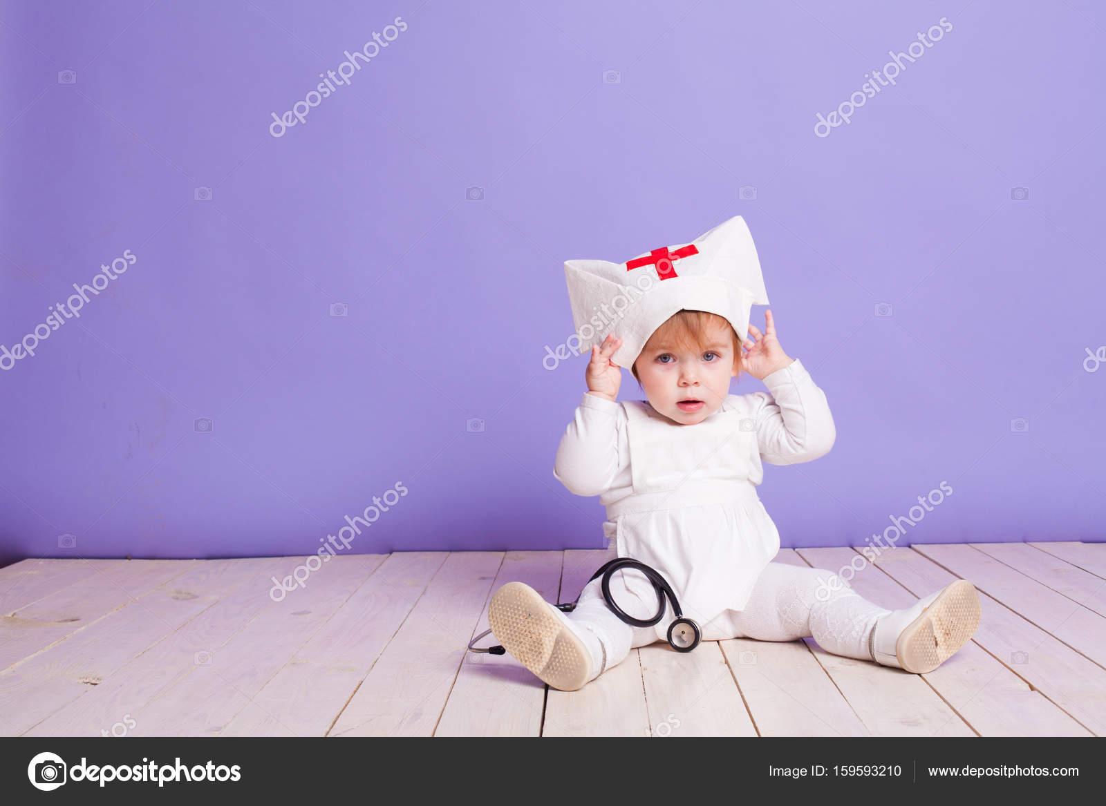 niña juega en la enfermera del hospital — Fotos de Stock © dsimakov ...