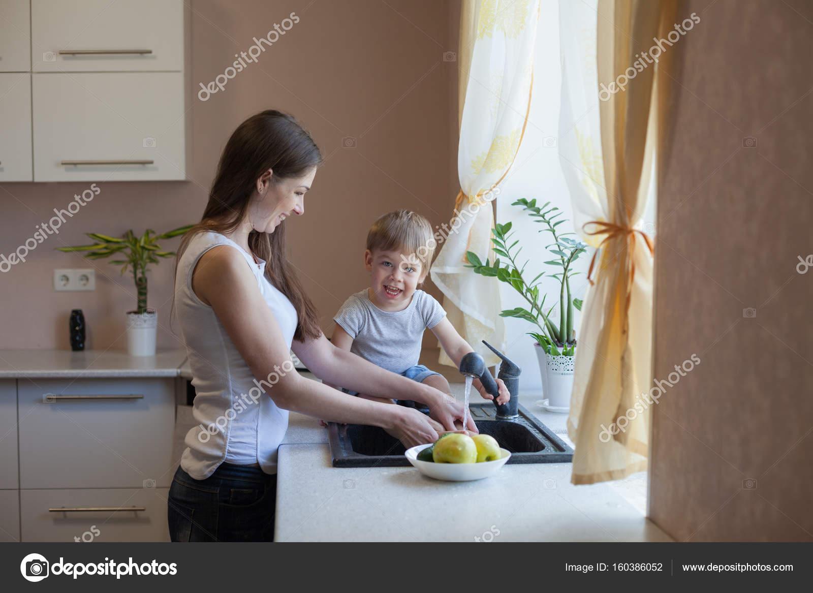 Порно видео с мамой на кухне инцесс хочет