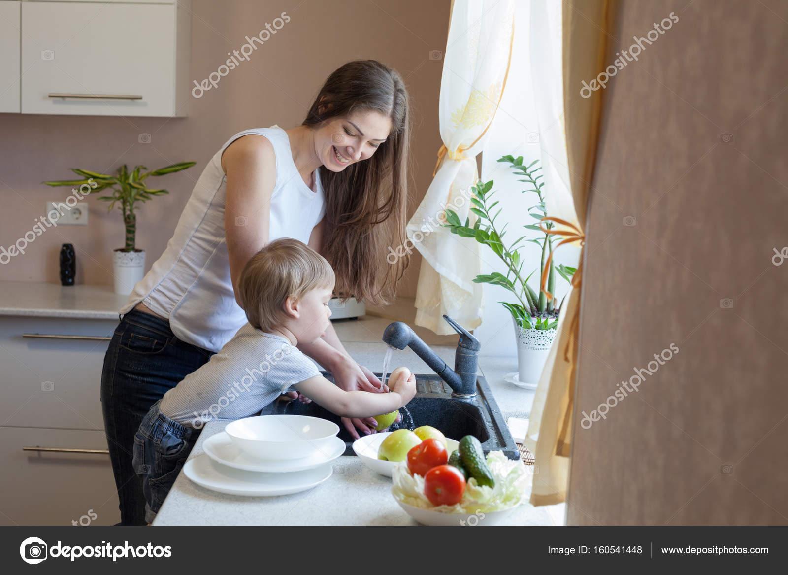 С мамкой на кухне, Мама и сын на кухне - смотреть порно онлайн или скачать 19 фотография