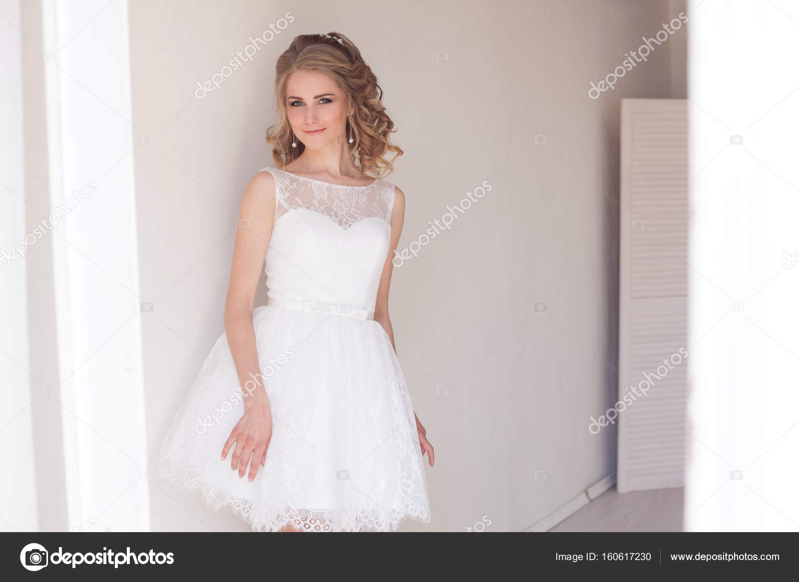 Korte Witte Trouwjurk.Mooi Meisje In Een Korte Witte Trouwjurk Stockfoto C Dsimakov Foto
