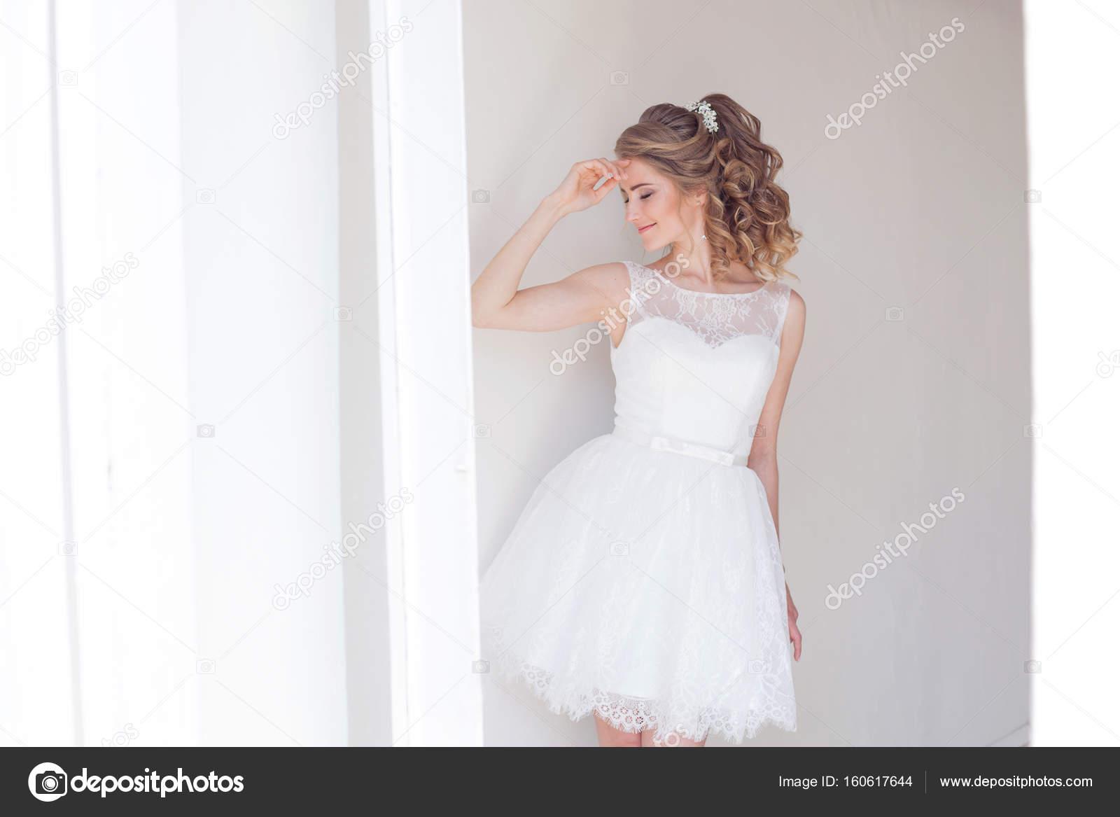 hübsches Mädchen in ein kurzes weißes Brautkleid — Stockfoto ...