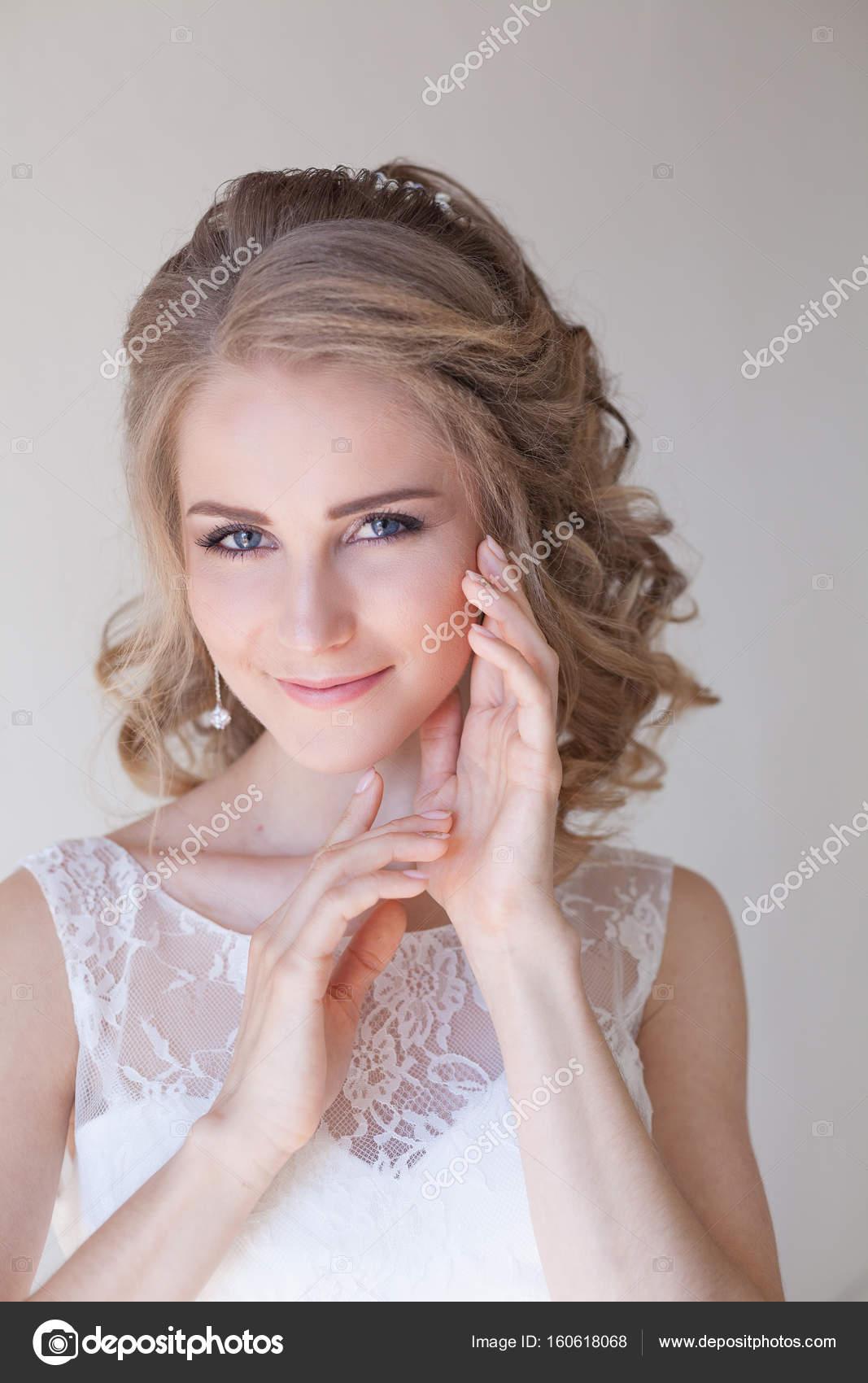 Retrato de una novia en un vestido blanco novia maquillaje y peinado ...