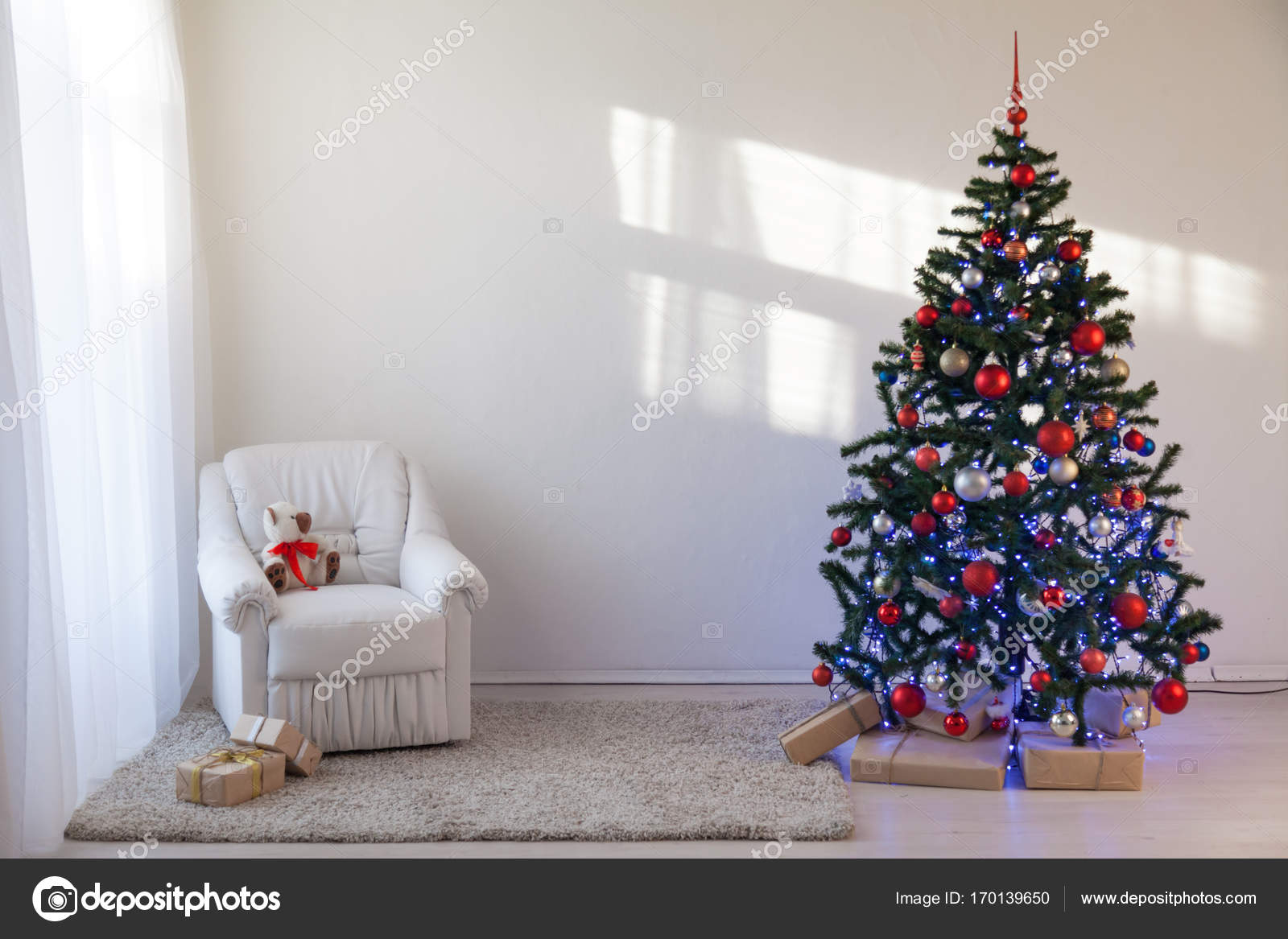Christmas tree in a white room for Christmas with gifts — Stock ...