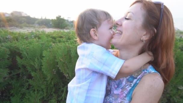 Máma s mladým synem smích štěstí