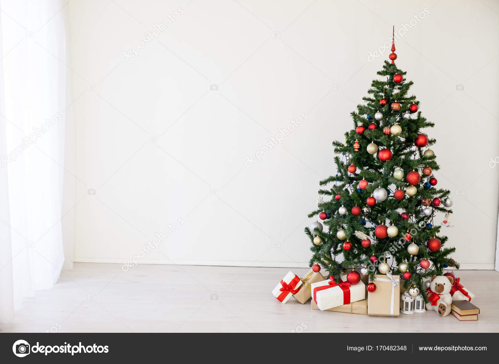 Christmas tree with red gifts in the white room Christmas — Stock ...