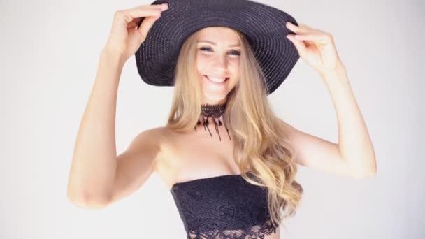krásná dívka v klobouku s módním okraj představuje