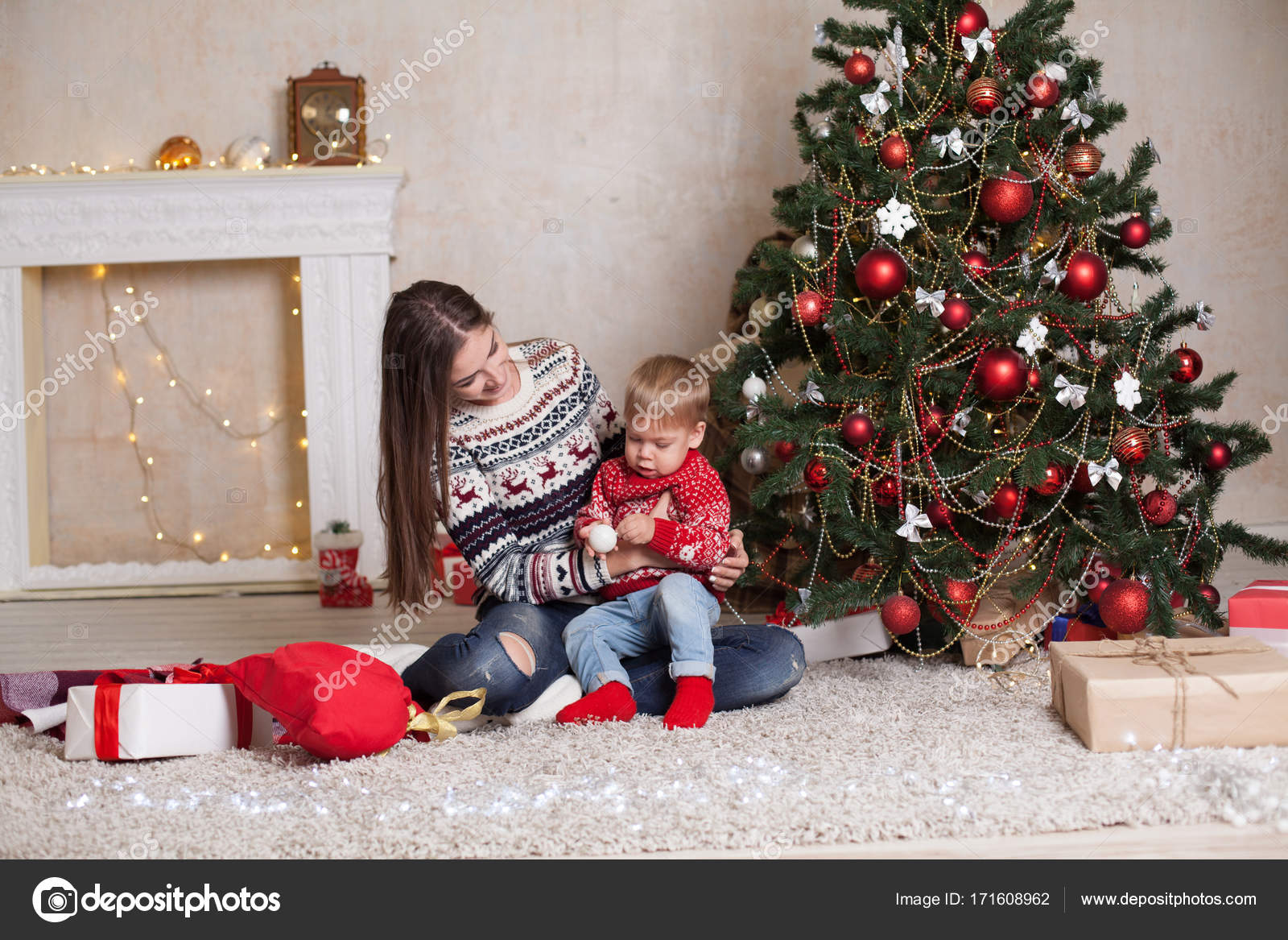 Mutter mit Sohn schmücken Baum auf Silvester Geschenke Weihnachten ...