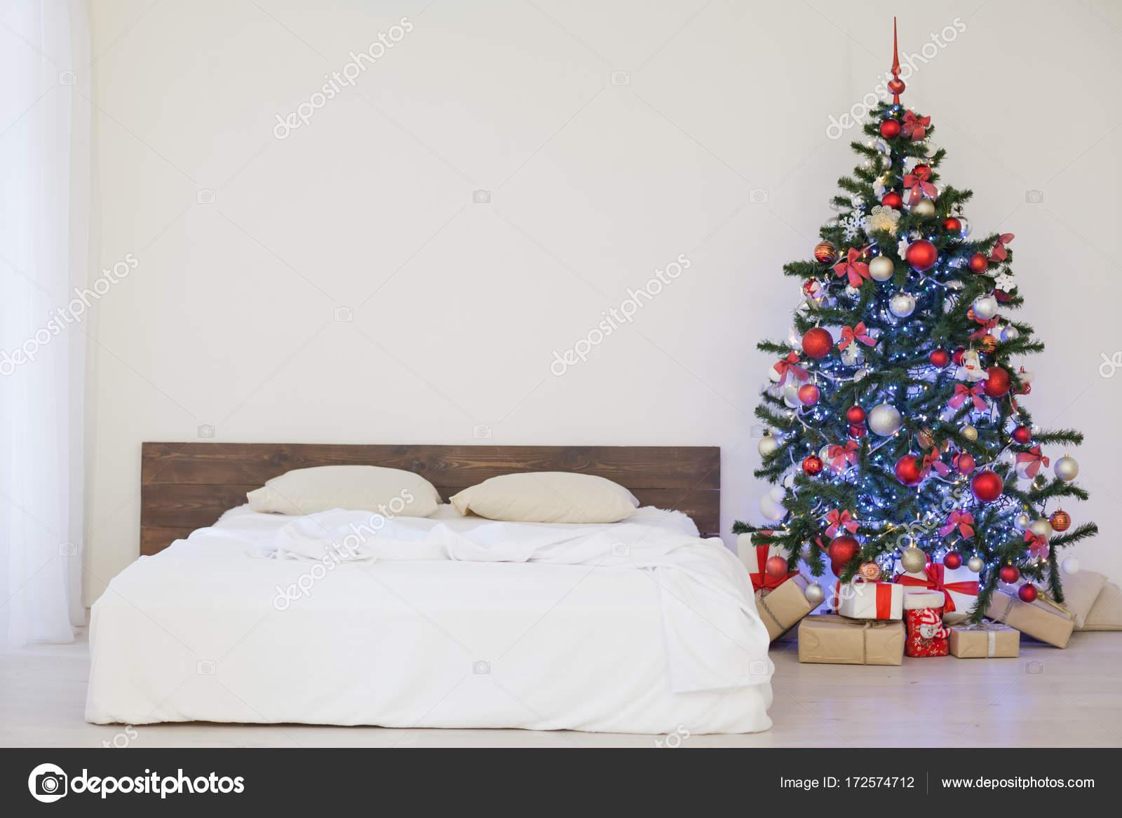 Camera da letto arredamento bianco con i regali di Natale albero di ...