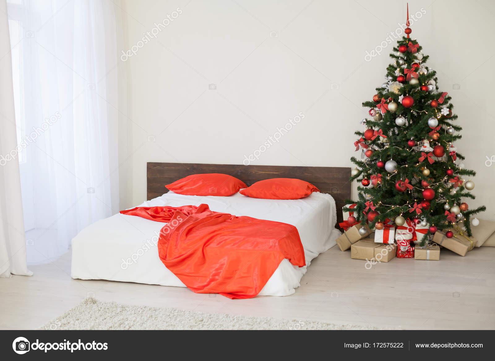 camera da letto arredamento bianco con regali di Natale albero di ...