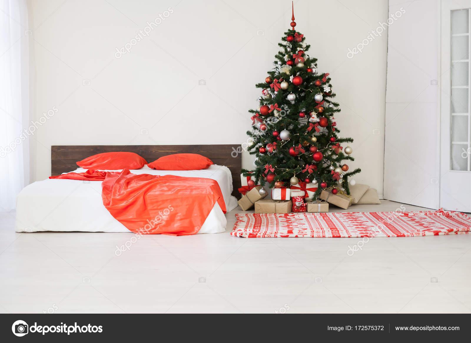 Camera da letto arredamento bianco con regali di Natale ...