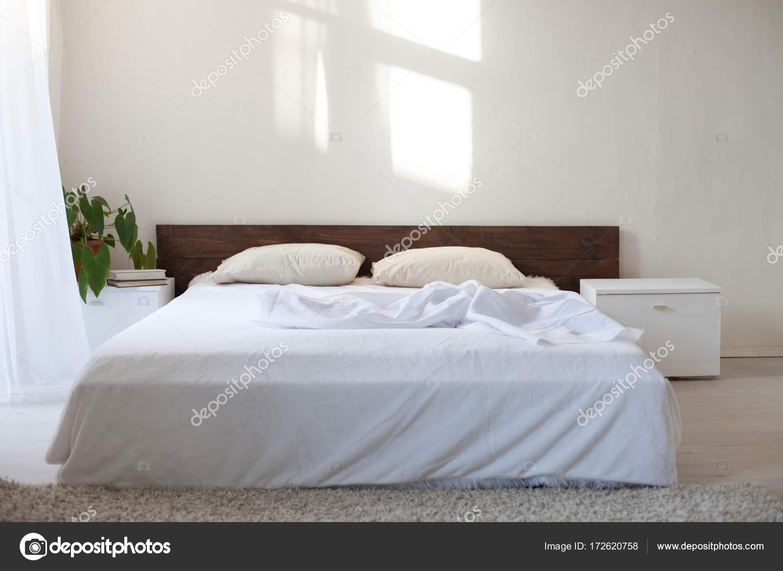 Sypialnia Z łóżkiem W Białym Pokoju Zdjęcie Stockowe