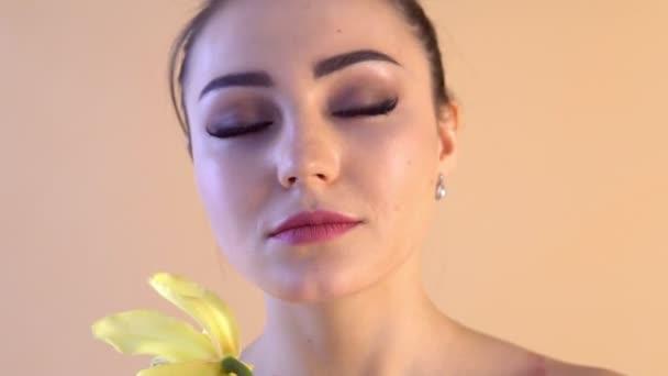 krásná dívka s květinou Lily z lázně