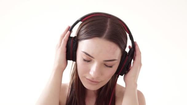 Portré egy nőt nagy fejhallgató a zene