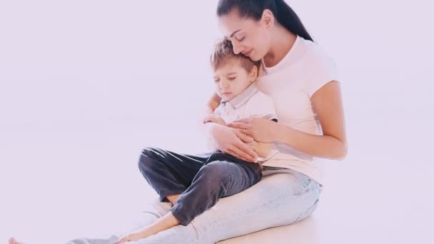 Mutter umarmt ihren Sohn mit Liebe und Zuneigung